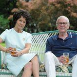 Joe y Rose Kennedy sentados en el jardín de la Casa Blanca