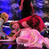 Linda y Jackie socorren a una modelo inconsciente