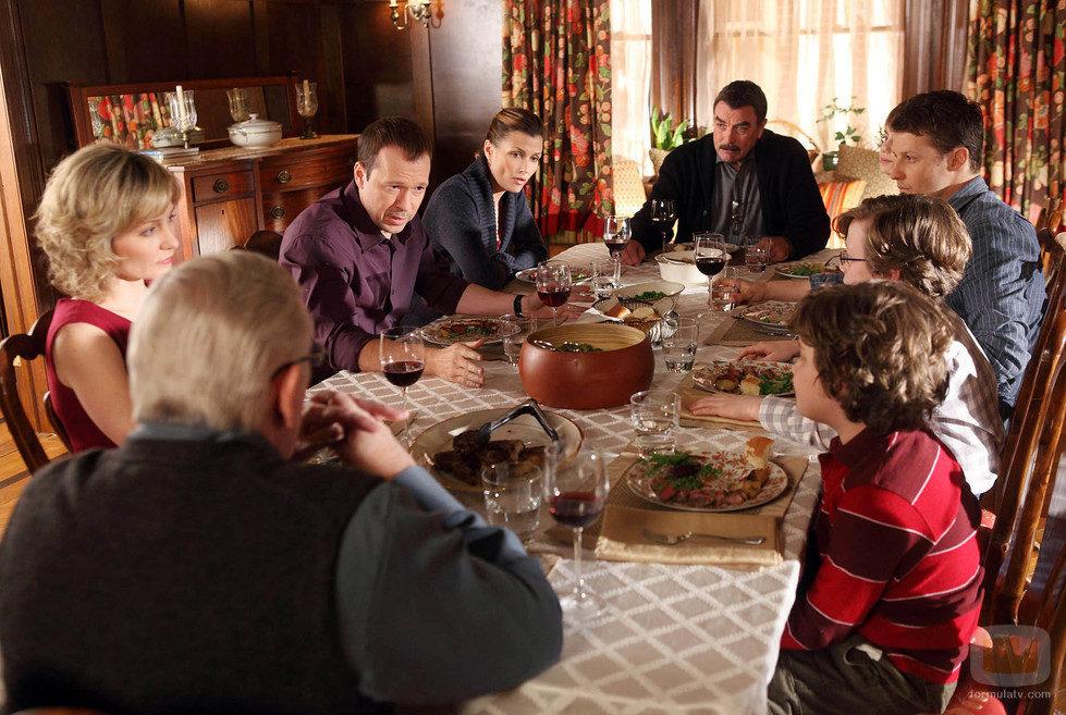"""La familia Reagan se reune para comer en el capítulo """"Todo lo que brilla"""""""