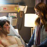 Nick resulta herido y Juliette lo visita en el hospital