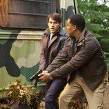 Nick y Hank persiguen a un monstruo en 'Grimm'