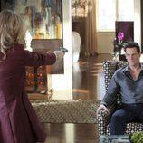 Sarah Michelle Gellar apunta a Ioan Gruffudd con una pistola