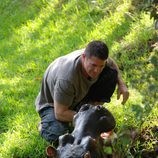Steve Backshall toca a un hipopótamo en 'Fauna letal'