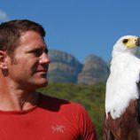 Steve Backshall sostiene un peligroso águila