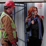 """Carrie visita una fábrica en el capítulo """"Efecto mariposa"""""""