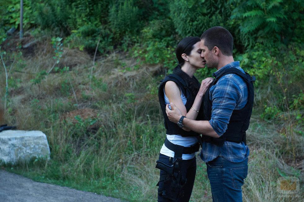 Cameron y Nina se besan en 'Alphas'