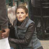 Kate, tendida en el suelo en una escena de 'Castle'