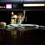 Lauren Ambrose conectada a una máquina en 'Coma'