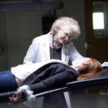 Ellen Burstyn calma a Lauren Ambrose en 'Coma'