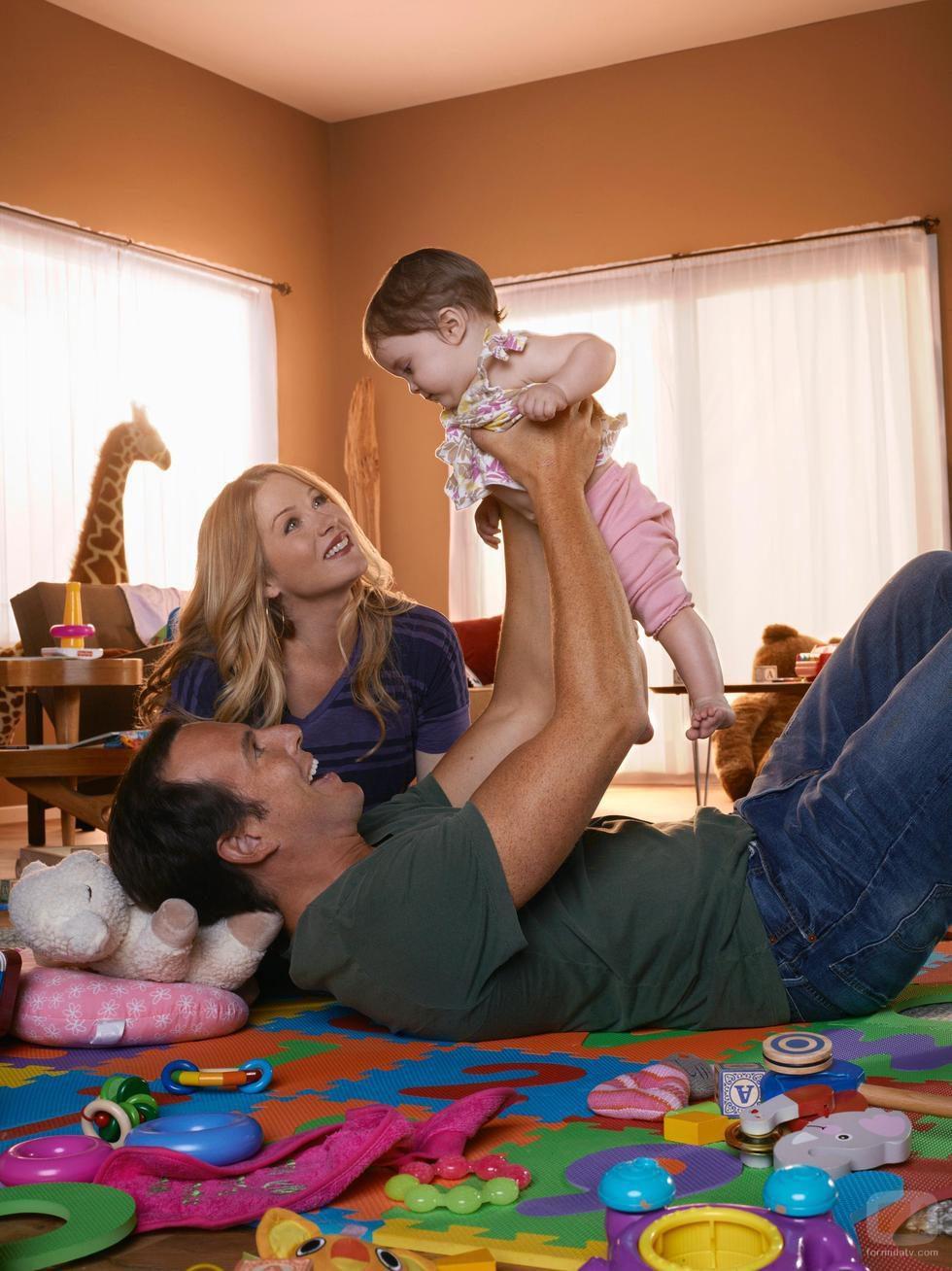 Christina Applegate y Will Arnett con su hija en 'Sin pegar ojo'