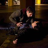 Nick sostiene a un hombre asesinado a manos de un grimm