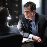 Burns conversa con otro agente en una escena de 'Imborrable'