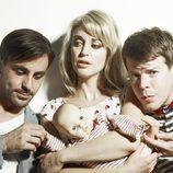 Emun Elliott, Amy Huberman y Stephen Wight practican su futura paternidad en 'Threesome'