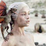 Daenerys, sostiene un pequeño dragón en el capítulo final de 'Juego de Tronos'