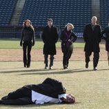 Un cadáver aparece en un campo de béisbol en 'Imborrable'