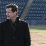 Al Burns investiga la aparición de un cadáver en un campo de futbol