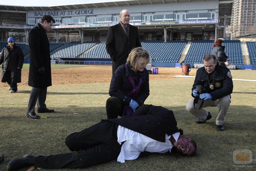 Burns y su equipo investigan un asesinato en un estadio deportivo