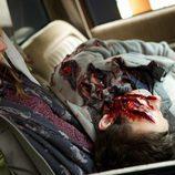 Rosalee con un cadáver en su regazo en una escena de 'Grimm'