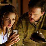 Rosalee y Eddy descubren algo en un movil