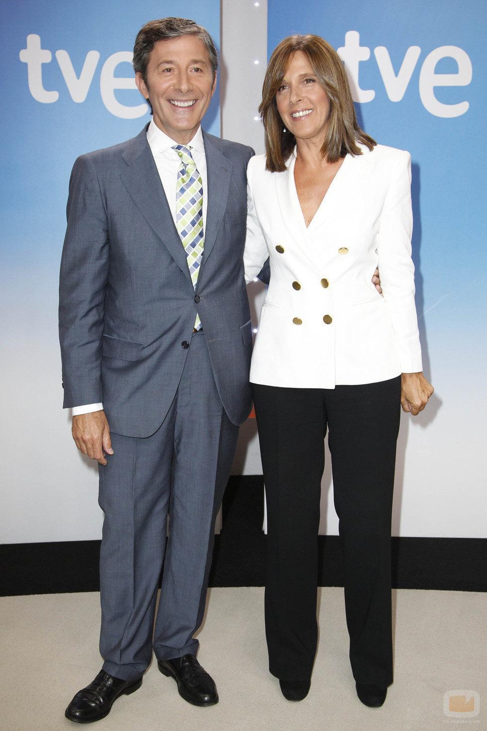 Jesús Álvarez y Ana Blanco, presentadores de 'Telediario 1'