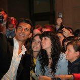 Jesús Vázquez se fotografía con los fans en la première de 'La Voz' en el FesTVal 2012