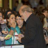 Lluis Homar firma autógrafos en el FesTVal de Vitoria