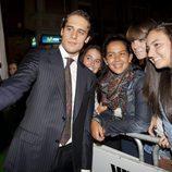 Martín Rivas con sus fans en la premiere de 'El don de Alba' en el FesTVal de Vitoria