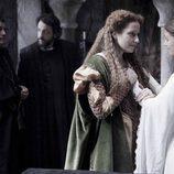 Isabel con su madre Isabel de Portugal en el primer episodio