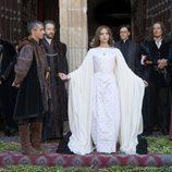 Isabel rodeada de su corte en el primer episodio