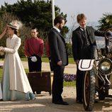 Alicia se encuentra con sus hermanos a su llegada al 'Gran Hotel'