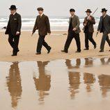 El detective Ayala camina con su equipo por la playa en 'Gran Hotel'