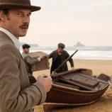 Eloy Azorín en la playa en la segunda temporada de 'Gran Hotel'