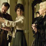 Doña Teresa y Alfredo sujetan al nuevo miembro de la familia Alarcón en 'Gran Hotel'