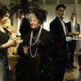 Asunción Balaguer habla con Adriana Ozores en la segunda temporada de 'Gran Hotel'