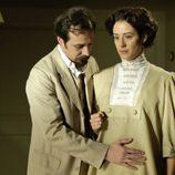 Alfredo palpa la tripa de su esposa Sofía Alarcón en 'Gran Hotel'