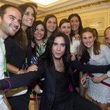 Mario Vaquerizo posa con los asistentes a la gala de clausura del FesTVal de Vitoria