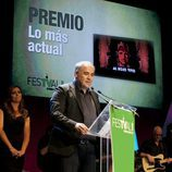 Antonio García Ferreras agradece el premio en el FesTVal de Vitoria