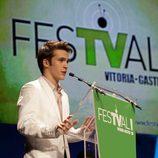 Ricardo Gómez presentó uno de los premios de la ceremonia de clausura del FesTVal de Vitoria