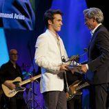 Ricardo Gómez entrega el premio Mainat a Imanol Arias