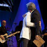 Imanol Arias y Ricardo Gómez se funden en un abrazo