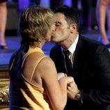 Mercedes Milá y Luis Larrodera se besan durante la ceremonia de clausura del FesTVal de Vitoria