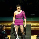 Luis Larrodera se viste de mujer en la ceremonia de clausura del FesTVal de Vitoria
