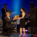 Boris Izaguirre se arrodilla al entregar el premio a Alaska