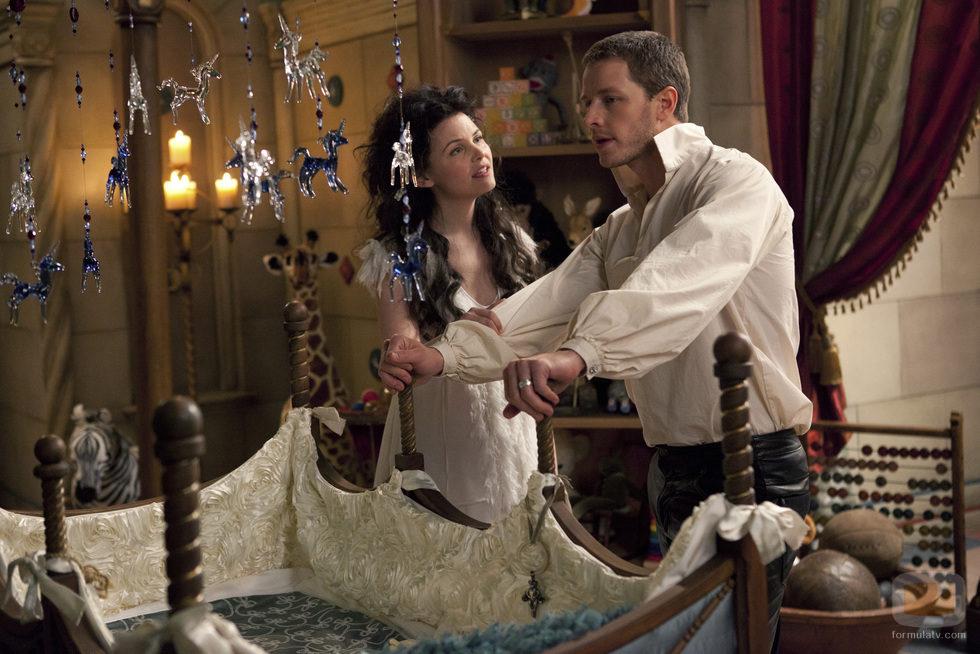 Blancanieves y el Príncipe Encantador junto a la cuna de su hija en 'Once Upon a Time'