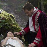 El Príncipe Encantador, a punto de despertar a Blancanieves de su sueño