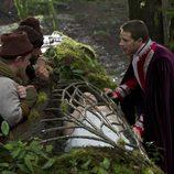 El Príncipe Encantador y los enanitos junto a Blancanieves en 'Once Upon a Time'