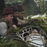 Los enanitos velan el cuerpo de Blancanieves en 'Once Upon a Time'