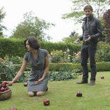Regina recoge las manzanas del suelo ante el sheriff Graham en 'Once Upon a Time'