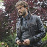 Jaime Dornan habla con Regina en 'Once Upon a Time'