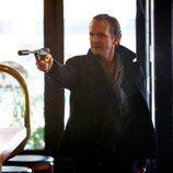 Un desconocido entra en un bar apuntando con la pistola